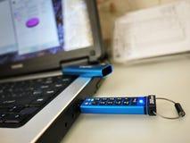 USB-flashstation om uw gegevens en van verschillende media dossiers op te slaan stock foto's