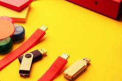 USB-flashstations van verschillende grootte, kleuren, kantoorbehoeften op de Desktop stock foto's