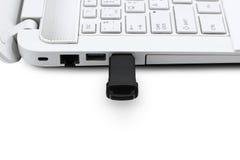 USB-Flitsaandrijving die met laptop verbinden Royalty-vrije Stock Foto's