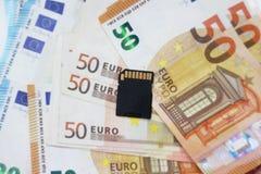 USB-flitsaandrijving op een achtergrond van geld Concept: kennis-geld stock foto's