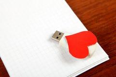USB-Flitsaandrijving op het Notastootkussen Royalty-vrije Stock Fotografie