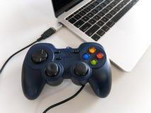 USB Gamepad控制器附加有USB类型C的膝上型计算机 库存图片