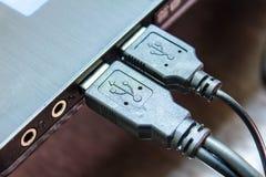 USB hoppdrev till en bärbar dator royaltyfri fotografi