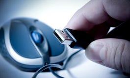 Usb isolato della holding della mano e del mouse Fotografia Stock