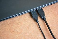 USB kabel förbinder med bärbar datordatoren Arkivfoto