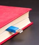 Usb-Kabel haftet heraus vom roten Buch Lizenzfreie Stockbilder