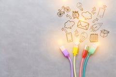 USB kabel med purpurfärgad kabel för röd kabelgulingkabel och gräsplansänkan Arkivbilder