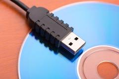 USB kabel på skivan Arkivbilder