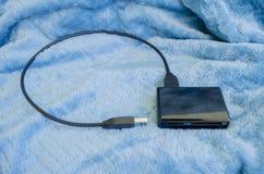 USB-Kabel und Multi-Karte Leser lizenzfreies stockbild