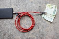 USB-Kabel und thailändisches Geld Stockbilder