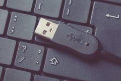 Usb kablowy włącznik na czarnym laptop klawiatury zakończeniu up obraz tonujący Zdjęcie Stock