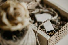 Usb klucza ciał pamięć w drewnianym pudełku fotografia stock