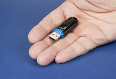 USB klucze save dane na bue tle Zdjęcia Royalty Free