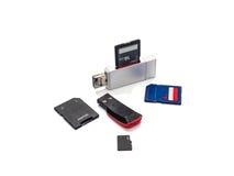 USB kortläsare som isoleras på vit bakgrund med den snabba banan Arkivfoto