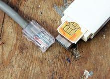 Usb-modem och internetkabel Arkivbilder
