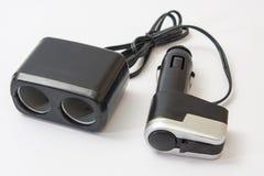 Usb negro del plástico y un cargador más ligero para el coche Imagenes de archivo