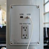 USB och elektrisk propp Arkivfoton