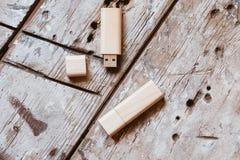 USB-pinnar med öppna lock som göras av bambuträ Royaltyfria Foton