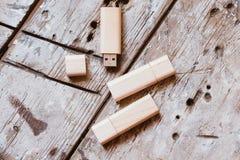 USB-pinnar med öppna lock som göras av bambuträ Arkivfoton