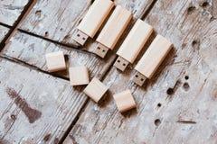 USB-pinnar med öppna lock som göras av bambuträ Fotografering för Bildbyråer