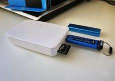 USB pråligt drev som lagrar dina data- och multimediamappar arkivfoton