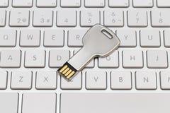 USB-sleutel, geheugenstok op wit toetsenbord Stock Fotografie