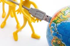 USB steckt in Erde ein. Begrifflich stockfotos