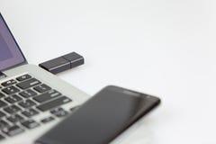 Usb-Stock verstopft und smartphonre, das auf die Oberseite liegt Lizenzfreies Stockfoto