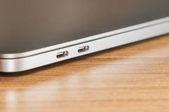 USB typ-cport och port två av bärbara datorn och ny teknik Arkivfoto
