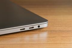 USB typ-cport och port två av bärbara datorn och ny teknik Arkivbild