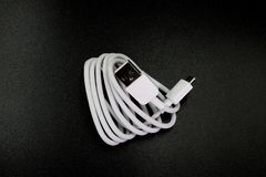 对USB的电缆接头微型USB在黑背景 免版税库存图片