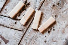 USB-varas com os tampões abertos feitos da madeira de bambu Imagens de Stock