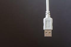USB-Verbindungskabel wurde in Weiß auf einen grauen Hintergrund gelegt Stockfotos