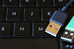 USB-Verbindungsstücke auf schwarzem Tastaturlaptop stockfoto