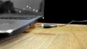 USB wtyczkowy unosić się wewnątrz dźwigarki fotografia Fotografia Royalty Free