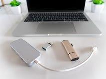 USB zu USB-Art-c Adapter-Konverter und zur Art-c Leser der codierten Karte lizenzfreie stockbilder