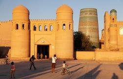 Usbekleute vor Wand von Itchan Kala - Khiva Lizenzfreie Stockbilder