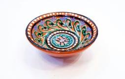 Usbektonwaren - die Schüssel, die durch die Keramik von Gijduvan, das nahe Bukhara hergestellt wird liegt, heben sie das warme Go Stockfoto