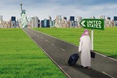 Uscire arabo dell'uomo d'affari degli Stati Uniti Fotografie Stock