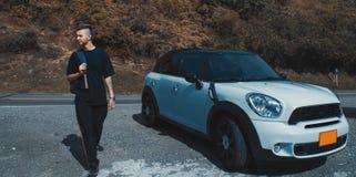 Uscire dell'uomo della sua automobile fotografia stock