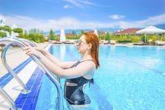 Uscire della donna dell'acqua blu nello stagno fotografia stock