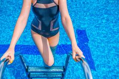 Uscire della donna dell'acqua blu nello stagno immagine stock