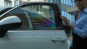 Uscire sicuro di signora di affari di automatico gira persona dell'allarme dell'automobile sulla riuscita archivi video