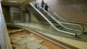 Uscita accanto al sito antico dello scavo a Sofia, conservazione della stazione della metropolitana video d archivio