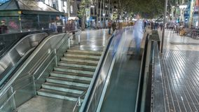 Uscita dalla metropolitana alla via di Rambla della La nel timelapse di notte di Barcellona, Spagna archivi video