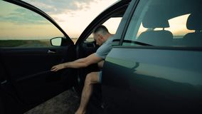 Uscita dell'autista dell'uomo dalla sua automobile