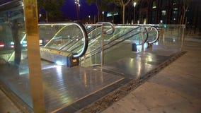 Uscita della stazione della metropolitana nella megalopoli di notte, la gente che usando trasporto pubblico urbano stock footage
