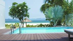 Uscita di punto di vista alla veranda con la piscina sul paesaggio della spiaggia del mare Vista dalla finestra sulla piscina su  archivi video