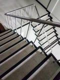 Uscita di sicurezza del pozzo delle scale in un fondo moderno della costruzione Fotografie Stock