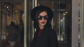 Uscite alla moda della donna dal centro commerciale stock footage